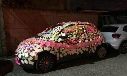 Un Compleanno Speciale Le Tappezzano L Auto Di Bigliettini Di Auguri Prima Como