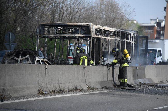 Sequestra autobus in gita scolastica e gli dà fuoco VIDEO