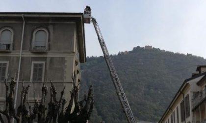 Tegole pericolanti in piazza Roma: arrivano i Vigili del Fuoco