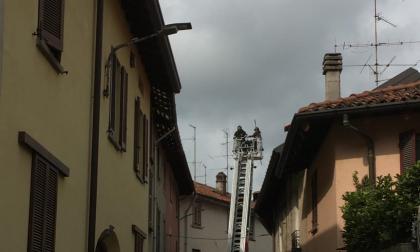 Tegole pericolanti a Olgiate, arrivano i pompieri