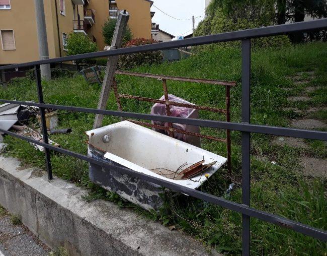 Mobili Da Bagno Como.Incivili Traslocano Al Parco Giornale Di Como