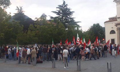 Manifestazione di protesta in consiglio a Erba