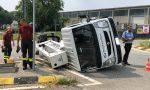 Camion con cestello si ribalta alla rotonda di Veniano FOTO