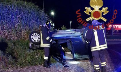 Auto ribaltata a Bulgarograsso: feriti due giovani FOTO SIRENE DI NOTTE