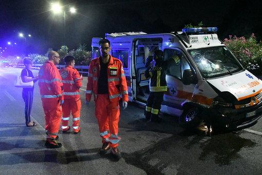 Ambulanza con donna incinta a bordo si scontra con un'auto: otto feriti VIDEO