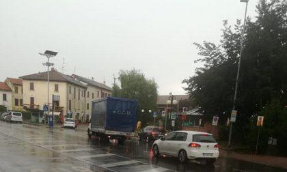 Il maltempo si abbatte sul Comasco: allagata la piazza di Vighizzolo