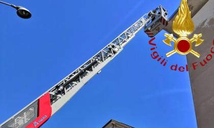 Cornicioni pericolanti a Como: intervengono i Vigili del fuoco FOTO