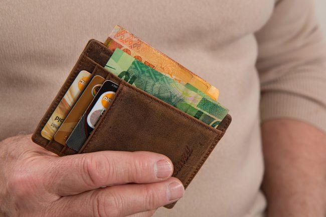 Perde il portafoglio in vacanza a Cesenatico: lo ritrovano i Vigili