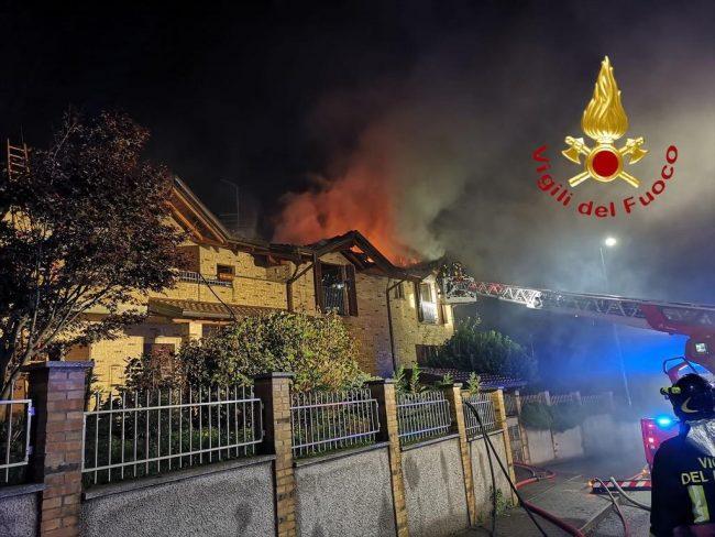 Incendio a Solbiate, a fuoco il tetto di due abitazioni FOTO e VIDEO