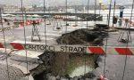 Voragine in viale Geno: crollato l'asfalto sopra la roggia