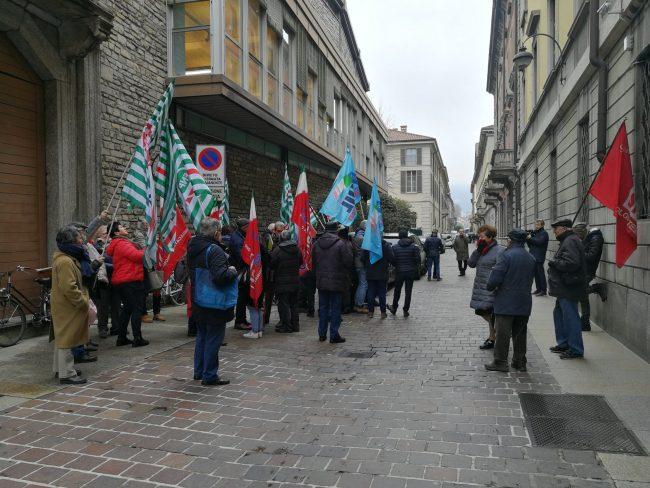 """Pensionati in protesta di fronte alla Prefettura di Como: """"Chiediamo l'adeguamento delle pensioni"""""""