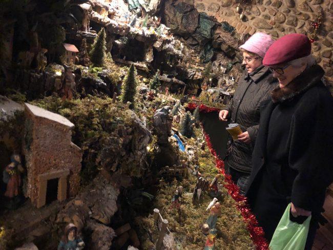 La casa presepe: tra i cittadini in visita c'è anche il sindaco  FOTO e VIDEO