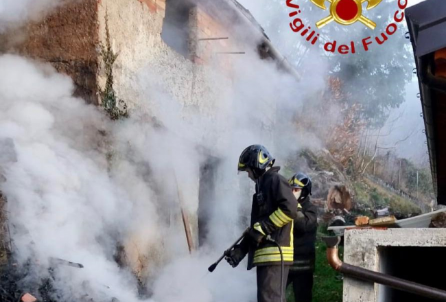 Incendio a Veleso in un cascinale FOTO