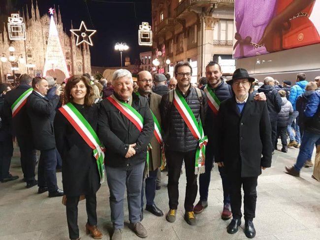 """Sindaci in marcia a Milano per Liliana Segre: """"L'odio non ha futuro"""" VIDEO"""
