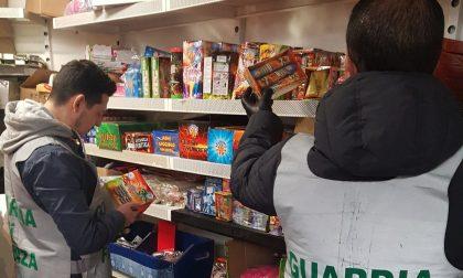 Maxi sequestro di fuochi d'artificio in 5 negozi: erano immagazzinati con materiale infiammabile