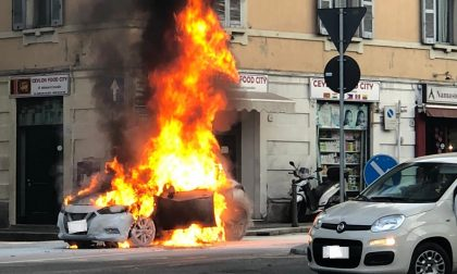 Auto in fiamme in piazza San Rocco a Como, traffico in tilt FOTO