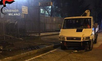 Sfonda il cancello della caserma per protestare contro l'arresto del figlio: in carcere anche lei