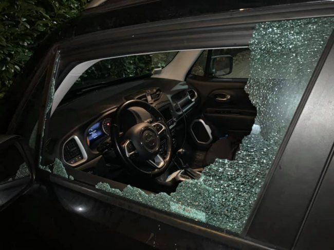Auto colpita da un sasso sulla Statale 36: il finestrino va in frantumi
