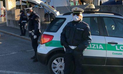 Camion bloccato col trasporto di bombole d'ossigeno, ci pensa la Polizia locale a consegnarle