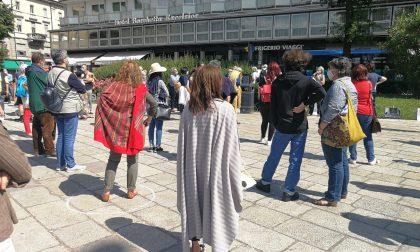 """In 200 in piazza Cavour per i diritti dei senzatetto: """"Como ha volontari ma anche tante case vuote: basta ai portici"""""""