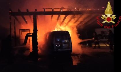 Incendio a Cantù: un furgone divorato dalle fiamme
