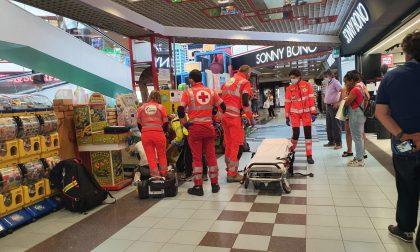 Mano incastrata a Cantù: paura per un bimbo al centro commerciale