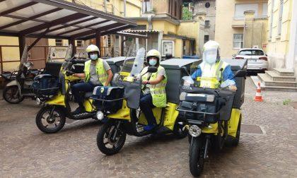 Tre nuovi mezzi elettrici per i portalettere di Como: Poste installerà anche tre colonnine di ricarica