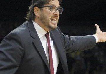 Pallacanestro l'ex tecnico di Cantù Andrea Trinchieri sfida l'Olimpia di coach Messina per fare la storia