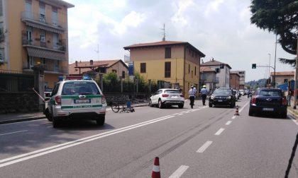 Scontro tra auto e bici in via Paoli: gravissima la ciclista FOTO