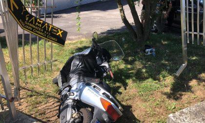 Incidente a Colverde: finisce con lo scooter contro la recinzione di una ditta VIDEO e FOTO