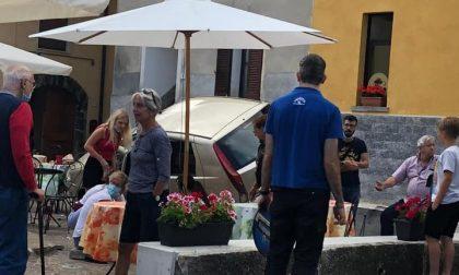 Paura in Valle Intelvi: auto piomba sulla piazzetta di un bar
