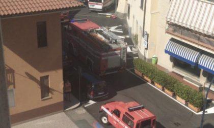 Vigili del fuoco si arrampicano per soccorrere una persona