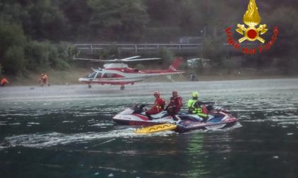 Imbarcazione si ribalta nel lago: disperso un giovane, le ricerche proseguono domani