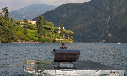 Alessandro suona il piano sull'acqua del Lago di Como: ecco come vedere il concerto in streaming