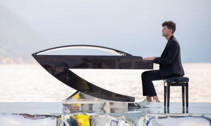 Il pianoforte di Alessandro torna sull'acqua del Lago di Como: e questa volta lo vedrà tutto il mondo