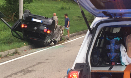 Incidente a Ronago si ribalta con l'auto