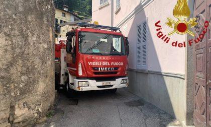 Tegole pericolanti a Dongo, arrivano i pompieri