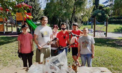 Casa Enrico al lavoro: i ragazzi puliscono il parchetto FOTO