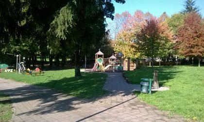 """Vandalismi al parco giochi di Alzate. Il sindaco: """"Più controlli e telecamere"""""""