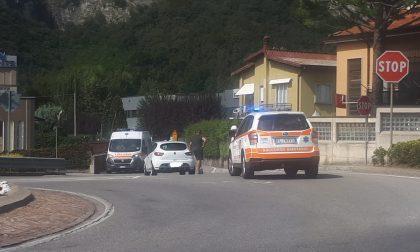 Ciclista urtato da un'auto, arrivano i soccorsi