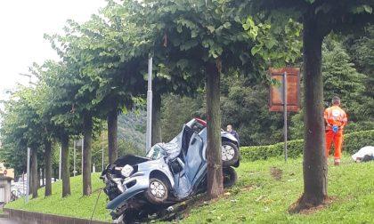 Tragedia a Canzo si schianta in auto contro un albero: morta una donna FOTO