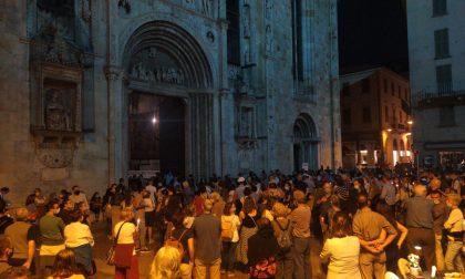 Omicidio di don Roberto, piazza Duomo gremita e le campane della città suonano per lui DIRETTA