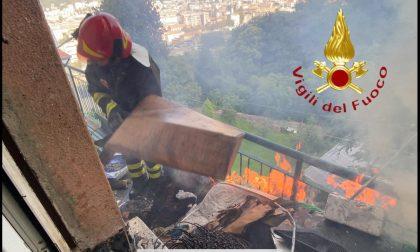 Scappa dall'ospedale, si barrica in casa e appicca un incendio: salvato dalla Locale, agente intossicato