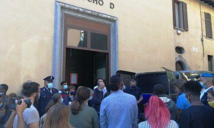 Don Roberto, il feretro passa a San Rocco: l'abbraccio dei suoi ragazzi FOTO