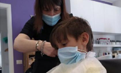 Bimba dona la sua treccia ai malati di cancro