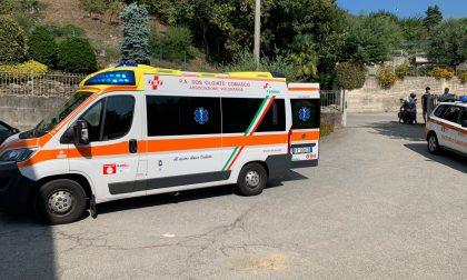 Malore fuori dal bar, anziano soccorso e trasportato in ospedale