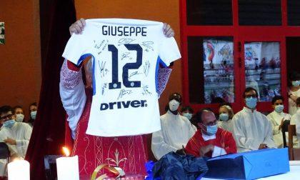 Ultima messa appianese di don Giuseppe Conti: in regalo maglietta dell'Inter autografata