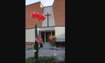 Due alberi fuori dalla chiesa per onorare don Renzo e don Roberto