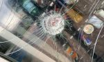 """Vandalo distrugge a sassate il vetro del distributore a Figino. Il sindaco: """"Si vergogni"""""""