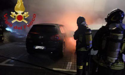 Auto in fiamme a Faloppio, una vettura distrutta